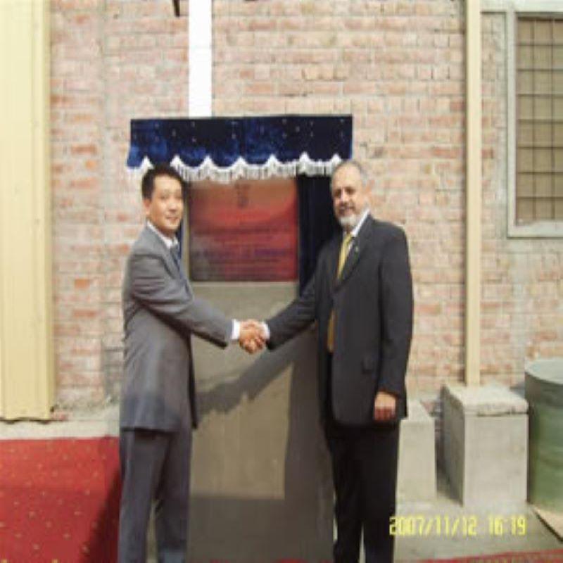 De heer Shan Xiaowu woonde de openingsceremonie van de fabriek bij